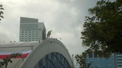 Kupcy protestują na dachu KDT