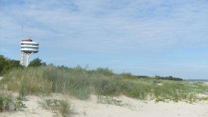 Widok z plaży na wieżę Portu Morskiego Świnoujście