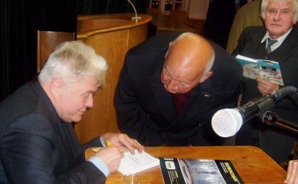 Autor Witold S. Michałowski podpisuje TEKI SARMATÓW