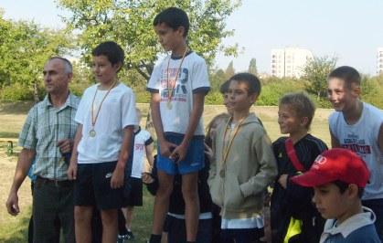 Zwycięzcy biegu przełajowego SP275 z nauczycielem WF