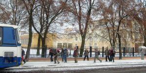 Szkoła dzieci pędzące do busu szkolnego - pierwszy śnieg