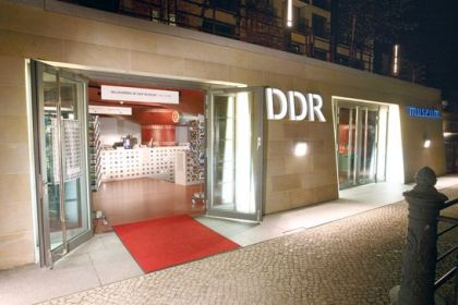 DDR Muzeum zdjecie noca - wejscie