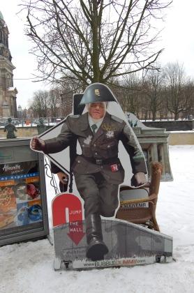 Kejow jako uciekajacy przez granice DDR zolnierz NAL DDR