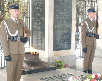 12.04.2010 Warta żołnierzy przed Gróbem Nieznanego Żołnierza