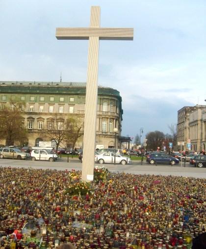 12.04.2010 Krzyż i znicze na Pl. Piłsudzkiego