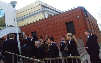 Delegacja Ambasady Litwy przed wejściem do Kaplicy Torwar 15.04.2010