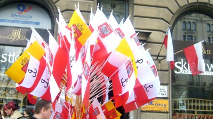 Flagi przed Kancelarią Prezydenta RP dla odwiedzających