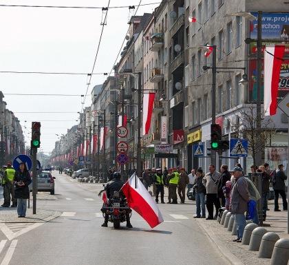 Gdynia motocyklista w barwach narodowych z kirem