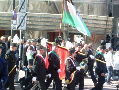 Górnicy po mszy na Pl. Zwyciestwa 17.04.2010