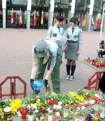 Harcerki pielegnują kwiat i znicze przed Kaplicą Torwar 15.04.2010