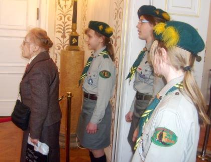 Harcerki spiewają nad trumną Prezydenta Kaczorowskiego 14.04.2010 Belweder