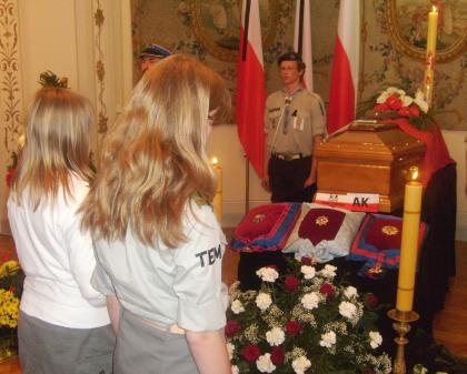 Harcerskie pożegnanie Prezydenta RP na uchodźctwie Kaczorowskiego w Belwederze