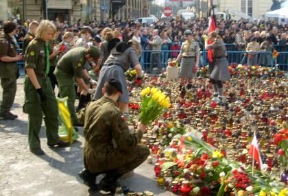 Harcerze i żołnierze z kwiatami pod Kancelarią Prezydenta RP