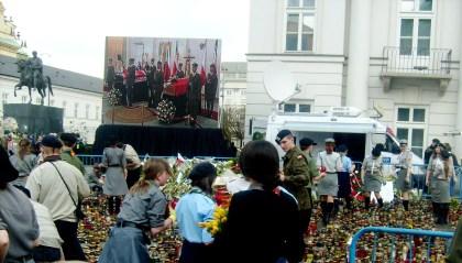 Harcerze Telebeam z widokiem trumien pary prezydenckiej - znicze i kwiaty