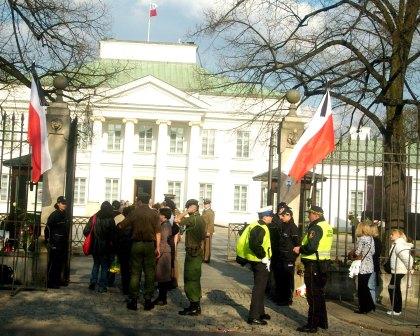 Kolejka do Belwederu 15.04.2010 hołd Prezydentowi Kaczorowskiemu