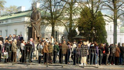 Kolejka przed Belwederem na tle pomnika Piłsudskiego do ostaniego pożegnania z Prezydentem RP Kaczorowskim