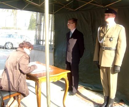 Księga kondolencyjna MON ul. Klonowa vis a vis Belwederu