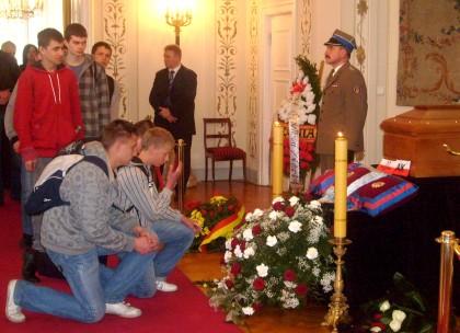 Młodzież oddaje ostatni hołd przed trumną Prezydenta Kaczorowskiego w Belwederze