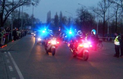 Motocykliści policyjni na czele konduktu żałobne Torwar 14.04.2010