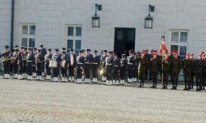 Orkiestra Wojskowa i Kompania Honorowa na dziedzińcu Pałacu Prezydenta