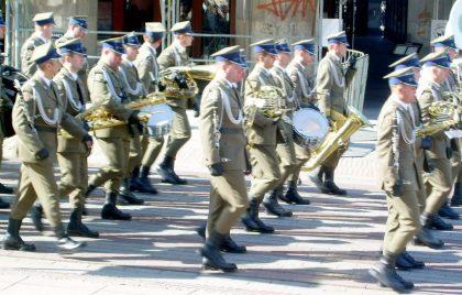Orkiestra Wojskowa ul.Królewska po mszy na Pl. Piłsudskiego 17.04.2010