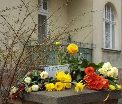 Przed Domem Kaczynskich w Sopocie