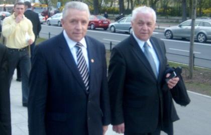 Przewodniczący Samoobrony Andrzej Lepper i poseł Zbigniew Maksymiuk po oddaniu hołdu