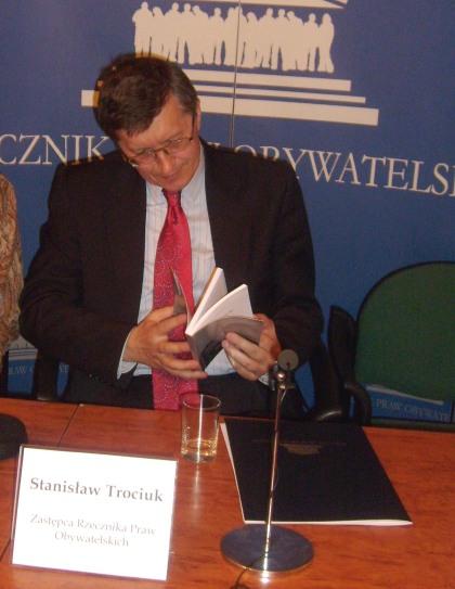 Z-ca Rzecznika Praw Obywatelskich Stanisław Trociuk czyta przedmowe J.Kochanowskiego