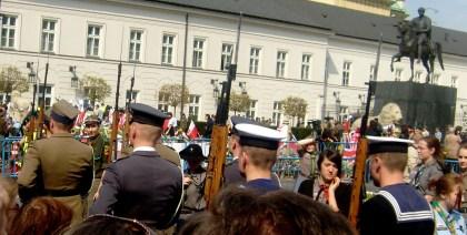 Zmiana warty wojskowej w drodze do Pałacu Prezydenta RP