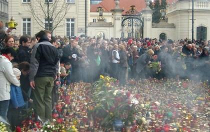 Znicze i kwiaty przed Kancelarią Prezydenta RP