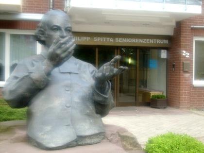 Pomnik Philippa Spitta przed domem opieki