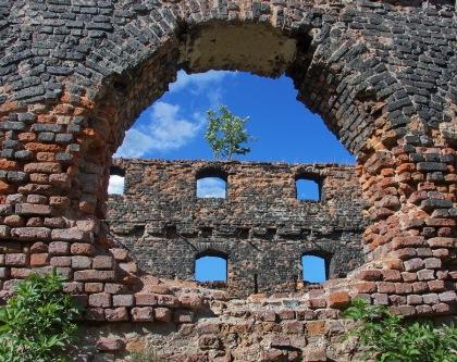 Ruiny Trójmiejskie przez dziurę w murze