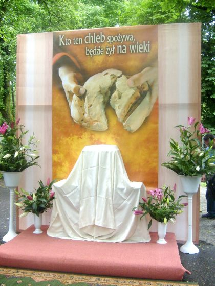 Oltarz naŚwieto Bożego Ciała na Cmentarzu Bródnowskim w Warszwie 03.06.2010
