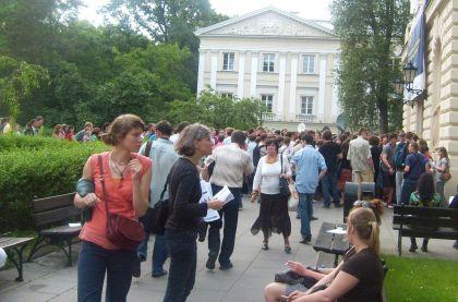 Studenci UWoczekujący na debatę kandydatów na Prezydenta RP godz.20.00 09.06.2010