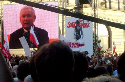 Jarosław Kaczyński na telebeamie przemiawia na ostanim wiecu wyborczym 02.07.2010 godz. 19.15