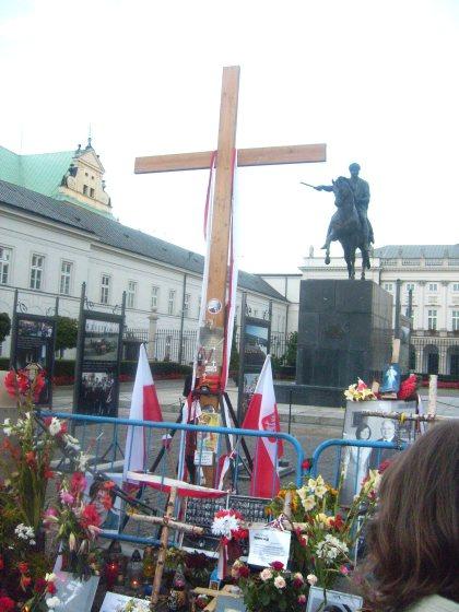 Krzyż na tle pałacu Preezydenta RP 08.09.2010 godz.19.21