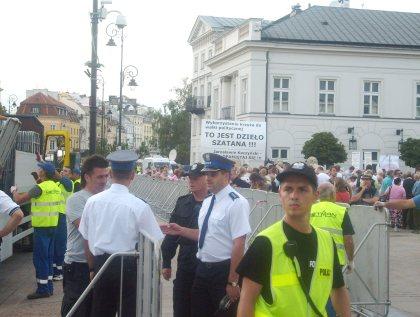 Policja dowodzi ustawianiem bariek, zapór i regulacją ruchu 09.08.2010