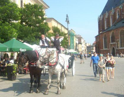 Dorożka na krakowskim rynku która przywiozła młodą parę