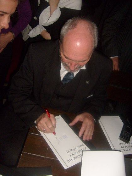 Antoni Macierewicz podpisuje Memoriał Polityczne Tło Katastrofy Smoleńskiej dla blogera Kejowa