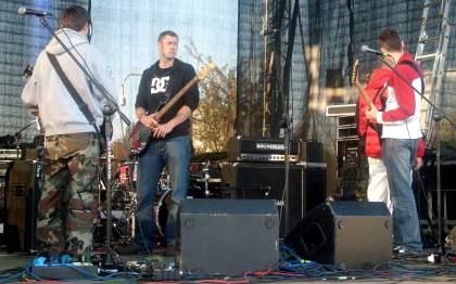 Grupa rockowa na scenie w Parku Bródnowskim 10.10.2010r.