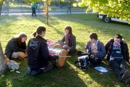 Młodzież gra na werblu i tam-tamach Park Bródnowski 10.10.2010