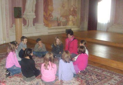 Dzieci słuchają japońskiej bajki Syn SMOKA TATSU TARO