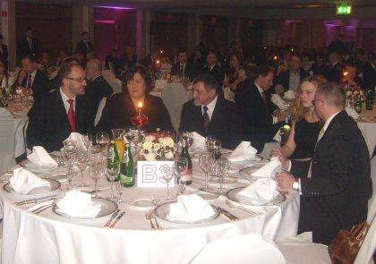 Małżonka Prezydenta RP przy  stole na uroczystej gali