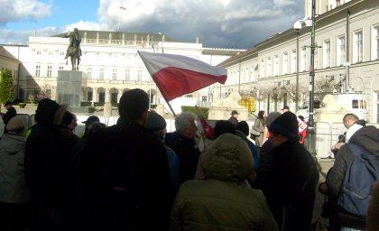 Tłum z flagą przed Pałacem Prezydenta RP  09.04.2011 godz.18