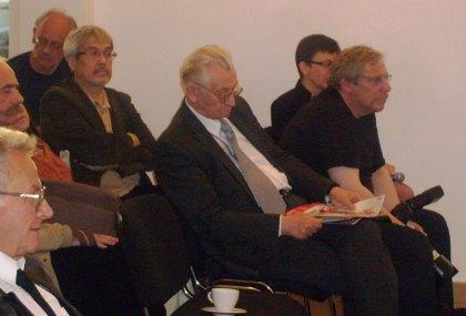 Leszek Moczulski przesłuchuje się dyskusji palnelowej 13.05.2011