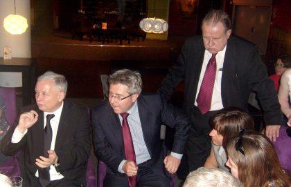 Od lewej J.Kaczyński, autor R. Czarnecki  , stojący reż Hentryk T. Czarnecki tata autora
