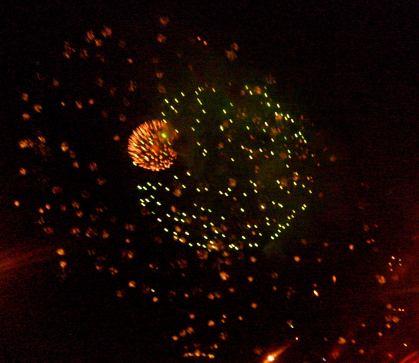 Dwa fajerwerki na ciemny tle