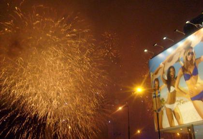 Fajerwerki białe na tle Pałacu Kultury w Warszawie 01.07.2011