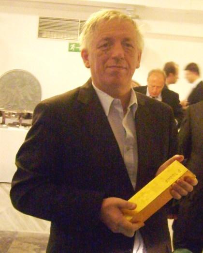 Wojciech Jaroń ze sztabką złota 12,5 kg z NBP