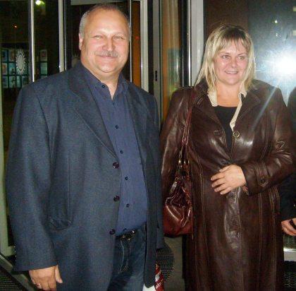 Pokrzywdzona rodzina paliwowców przed wejściem do studia TV Polsat